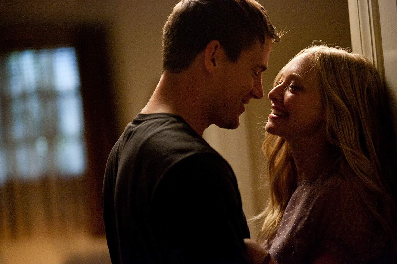 Hình ảnh tình yêu nhìn vào mắt nhau rất lãng mạn