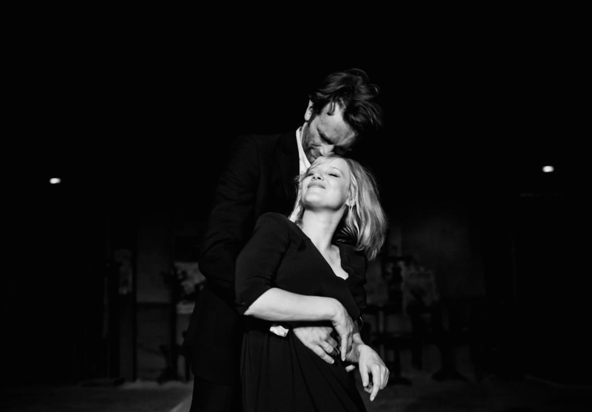 Hình ảnh tình yêu ôm nhau khiêu vũ lãng mạn