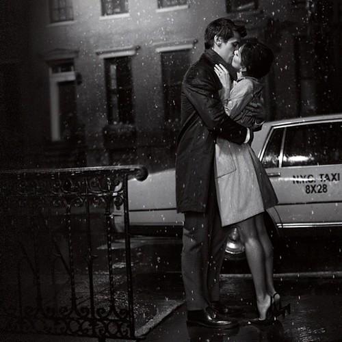 Lãng mạn làm sao hôn nhau dưới mưa